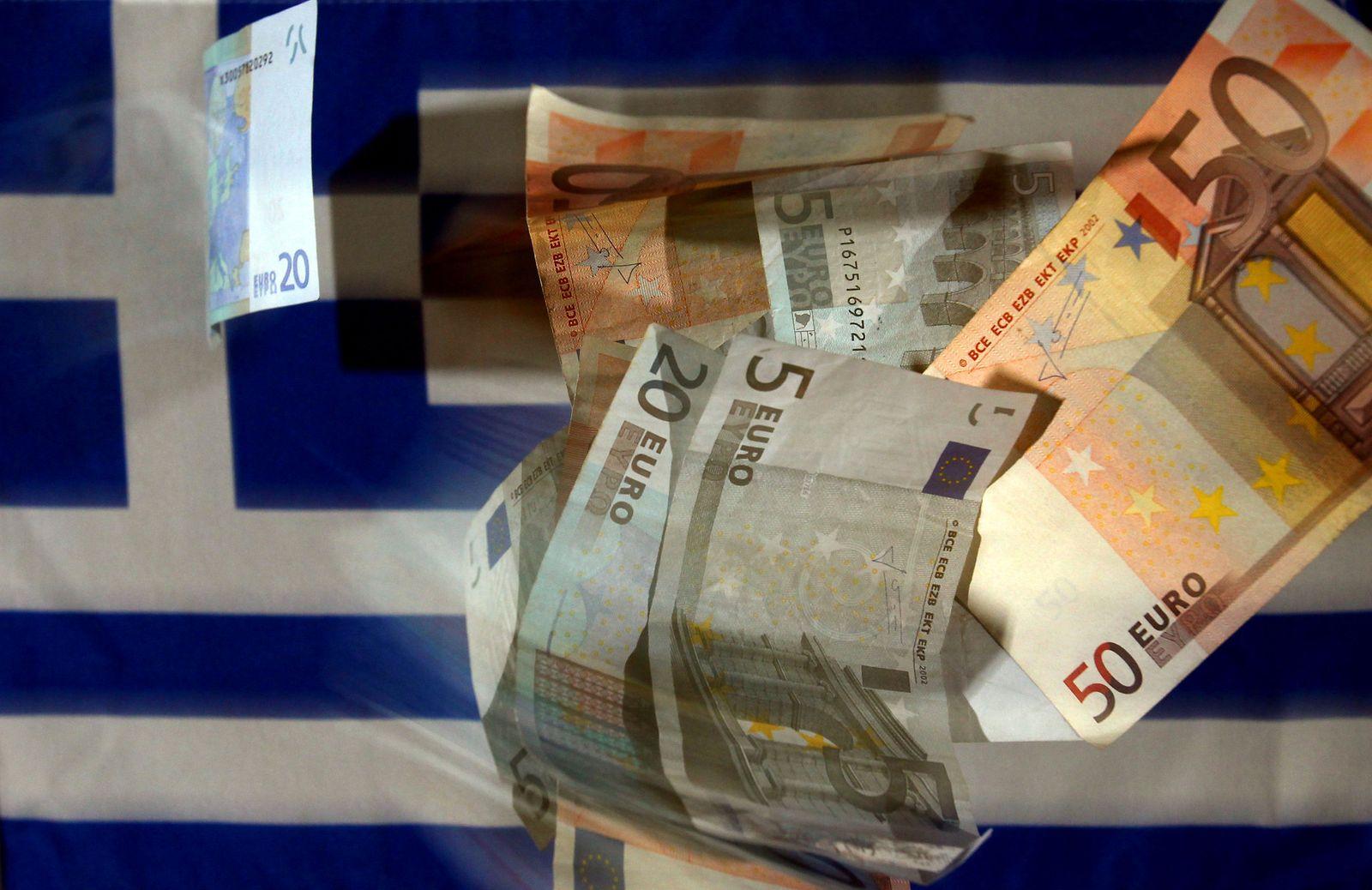 Euro-Banknoten und griechische Fahne