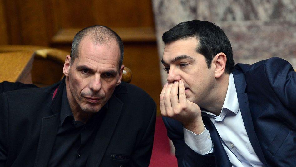 Hoch gepokert: Griechenlands Premier Alexis Tsipras stellte sich am Wochenende vor seinen viel kritisierten Finanzminister Varoufakis - und drohte den EU-Partnern mit einem Zahlungsausfall, falls die Geldgeber nicht auf einen Teil ihrer Forderungen verzichten