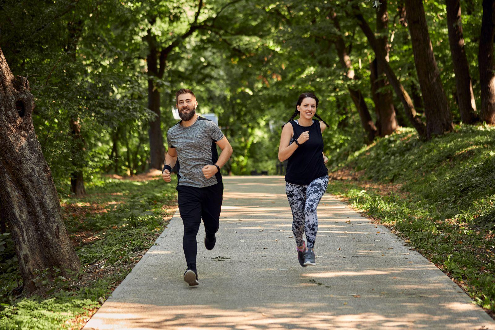 Sporty couple running on forest path model released Symbolfoto PUBLICATIONxINxGERxSUIxAUTxHUNxONLY ZEDF02627