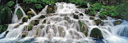 Märchenlandschaft mit kristallklaren Kaskaden: Der Nationalpark Plitwitzer Seen im Hinterland der Küste ist eines der schönsten Schutzgebiete Europas - mit bis zu 78 Metern hohen Wasserfällen und türkisblauen Seen.