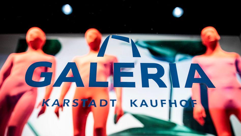 """Gesucht ist """"Omnichannelfähigkeit"""": Schaufenster einer Galeria Karstadt Kaufhof-Filiale in Düsseldorf."""