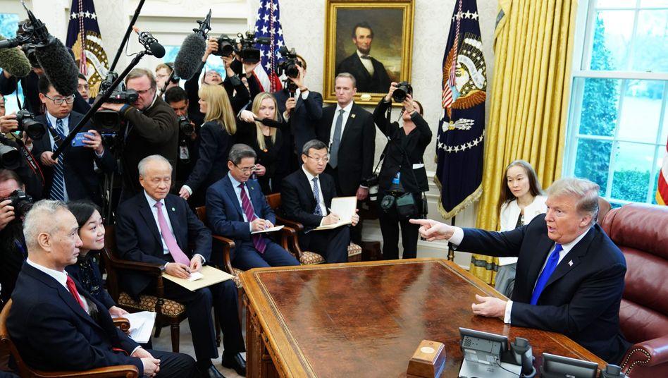 Liu He (l., mit roter Krawatte) und Donald Trump im Oval Office