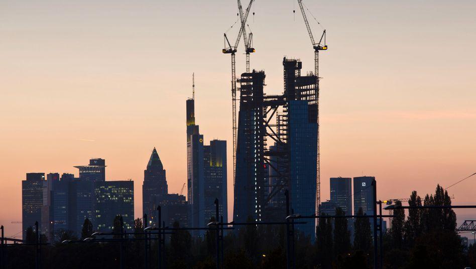 EZB-Neubau vor Frankfurter Bankenviertel: Abhängig von der lockeren Geldpolitik