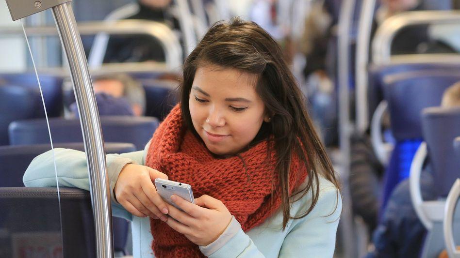 Junge Geldanlage: Sparerinnen und Sparer kaufen zunehmend Aktien per Smartphone, anstatt ihr Geld aufs Sparbuch zu legen