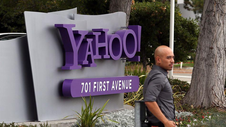 Yahoo-Logo am Firmensitz in Kalifornien: Das Internetunternehmen geht zusammen mit AOL an Apollo