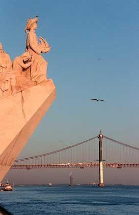 Aufbruch: Das Denkmal der Eroberer mit der Statue des Seefahrers Vasco da Gama am Tejo-Ufer in Lissabon