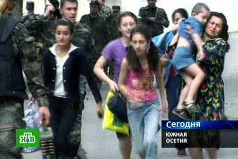 Flüchtende Menschen in Zchinwali: Das russische Fernsehen zeigt Frauen und Kinder, die vor den Angriffen Schutz suchen