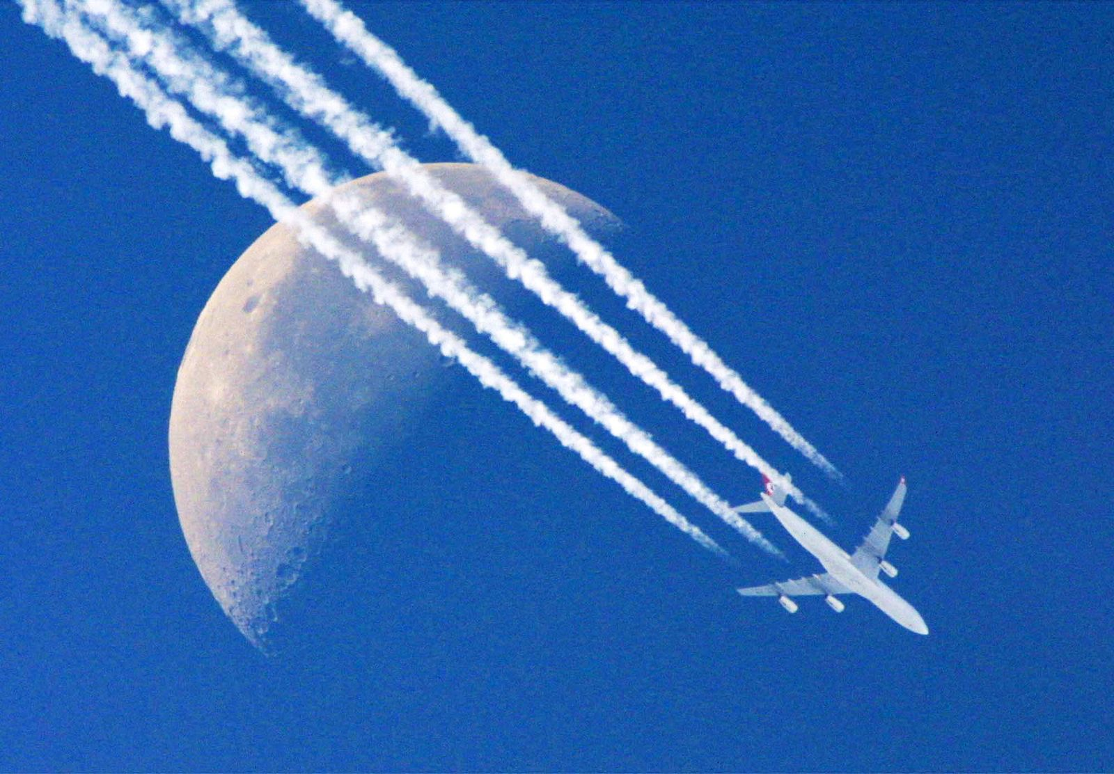 Kondensstreifen / Vielflieger / Flugzeug / Flugzeuge