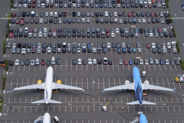 Wohin mit Fliegern, die nicht fliegen dürfen? Auf den Mitarbeiterparkplatz. Zwei 737 Max in Seattle.