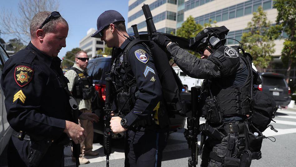 Polizei vor dem YouTube-Hauptquartier in San Bruno: Die Attentäterin hat sich Berichten zufolge dafür gerächt, dass YouTube nicht mehr für ihre Videos zahlte