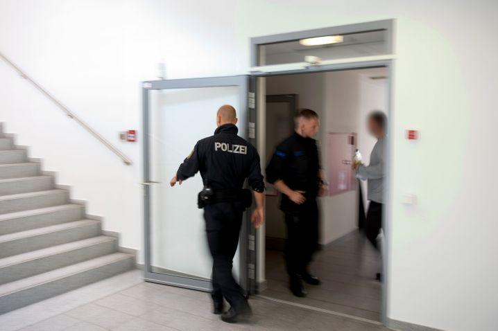 Polizisten durchsuchen die Geschäftsräume von Lovoo (Juni 2016)