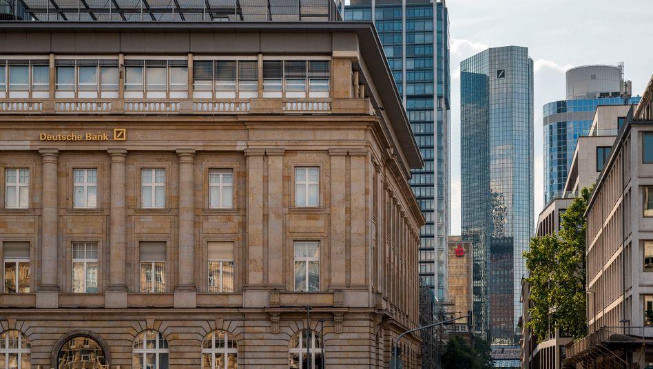 Potenziell teures Urteil: Die Deutsche Bank (Filiale in Frankfurt am Main im Bildvordergrund und Zentrale im Hintergrund) kann sich auf schweigende Zustimmung der Kunden nicht mehr verlassen