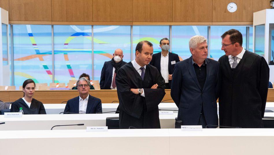 Zwei, die sich nicht viel zu sagen haben: Rupert Stadler (2. v. li.) und Wolfgang Hatz (2. v. re.) im Verhandlungssaal in der Justizvollzugsanstalt München-Stadelheim.