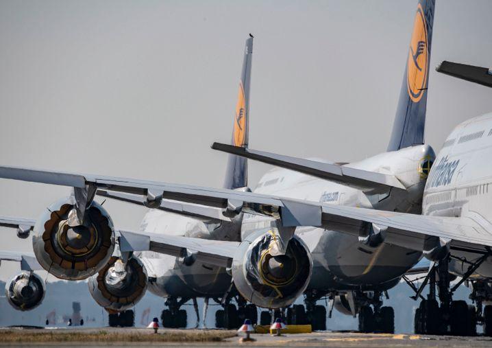 Flugzeuge der Lufthansa: Beim Versand von Schutzausrüstung nach Deutschland gab es zunehmend Probleme. Nun soll eine Luftbrücke mit Passagiermaschinen die direkte Versorgung sichern