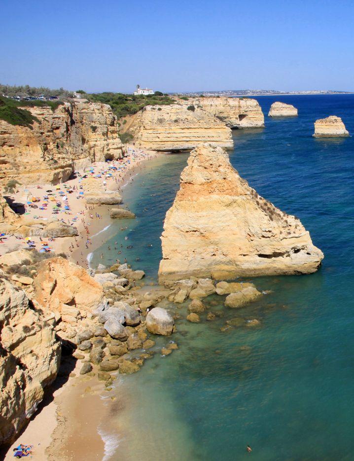 Der Praia Marinha gilt wegen seiner imposantenâ Felsklippen als besonderes Schmuckstück der Algarve.