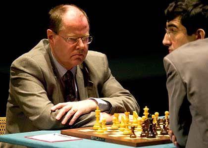 Sucht Herausforderungen: Peer Steinbrück beim Schachspiel gegen den Weltmeister Wladimir Kramnik