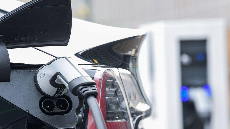Wo E-Autos fahren sollen, müssen sie auch laden können: Die Teilnehmer des Autogipfels einigten sich auf mehr Schnellladepunkte an Tankstellen