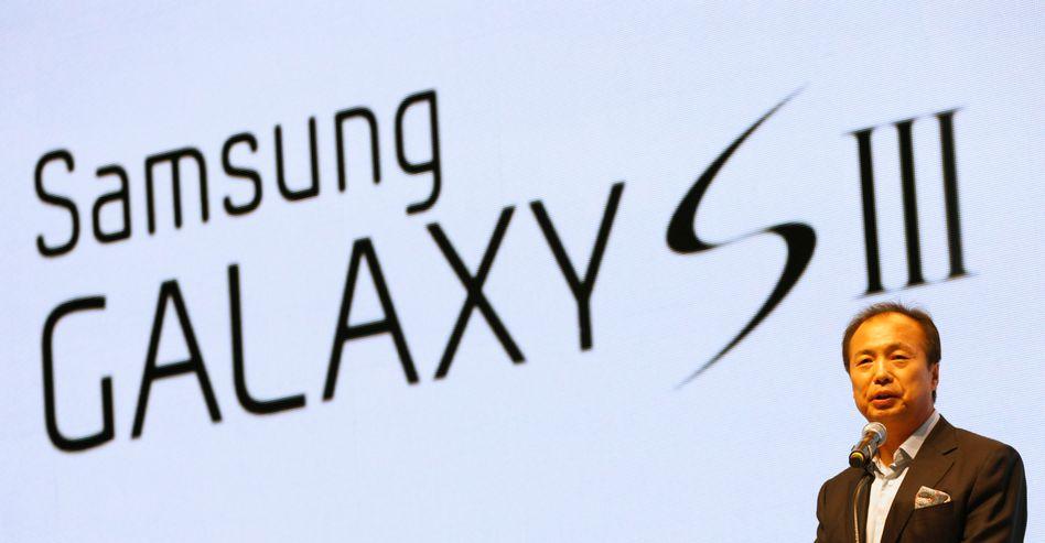 Samsung: Das Unternehmen profitiert von der starken Nachfrage nach seinem Smartphone Galaxy. Im Bild JK Shin, der im Unternehmen unter anderem dieses Telefon verantwortet.