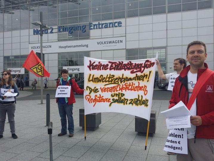 Die Botschaft der Demonstranten auf dem Messegelände in Hannover vor der VW-Hauptversammlung ist unmissverständlich