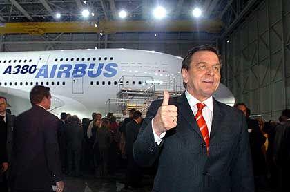 Glück auf! Bundeskanzler Gerhard Schröder sieht den Super-Jumbo auch als Produkt, dass den Europäern in Verhandlungen mit den USA den Rücken stärkt