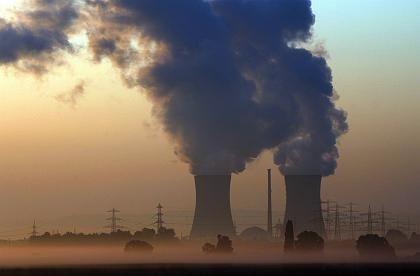 Dampfende AKW-Kühltürme: Strom aus Atomkraftwerken erreicht auch die Kunden des Ökostromanbieters Lichtblick