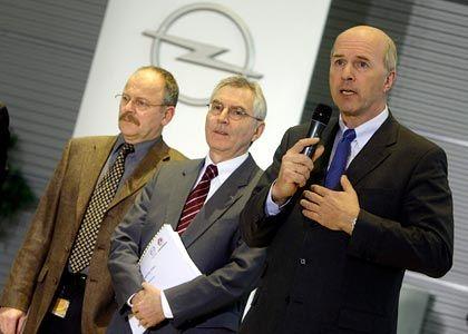 Dünnes Konzept: Carl-Peter Forster (r.), CEO von GM Europe, Opel-Chef Hans Demant (M.) und Opel-Gesamtbetriebsratschef Klaus Franz präsentieren ihren Rettungsplan