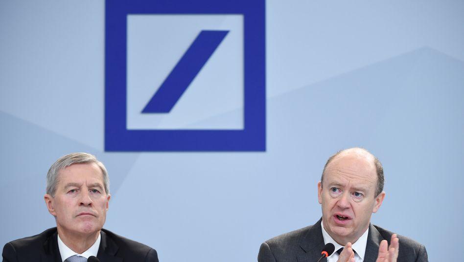 Deutsche Bank-Chefs John Cryan (r) und Jürgen Fitschen: Cash ist King