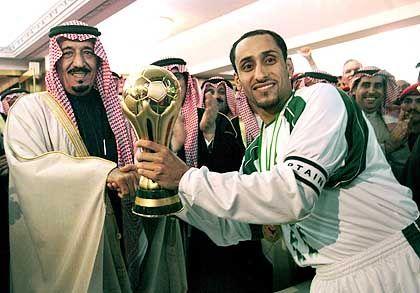 Golf-Cup-Sieger: Saudi-Arabiens Kapitän Sami al-Jaber (r.) nimmt die Trophäe entgegen