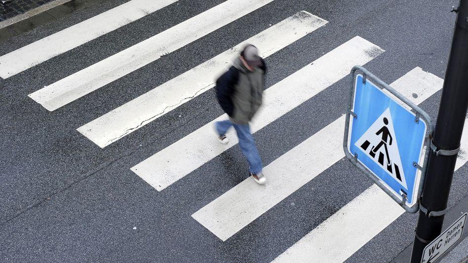 Fußgänger auf Zebrastreifen: In Celle verursachte ein solcher Fußgängerüberweg so viel Verkehrsstau, dass er entfernt werden musste.