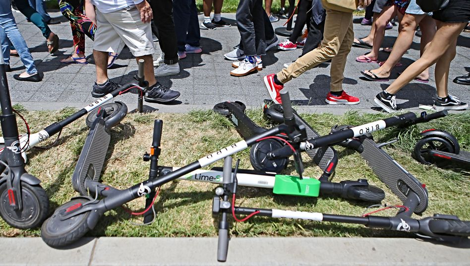 Ungezogen: In Kalifornien provozieren die Roller Anwohner und Behörden. Manche Nutzer lassen sie nach einer Tour wie hier in San Diego an der nächstbesten Ecke liegen.