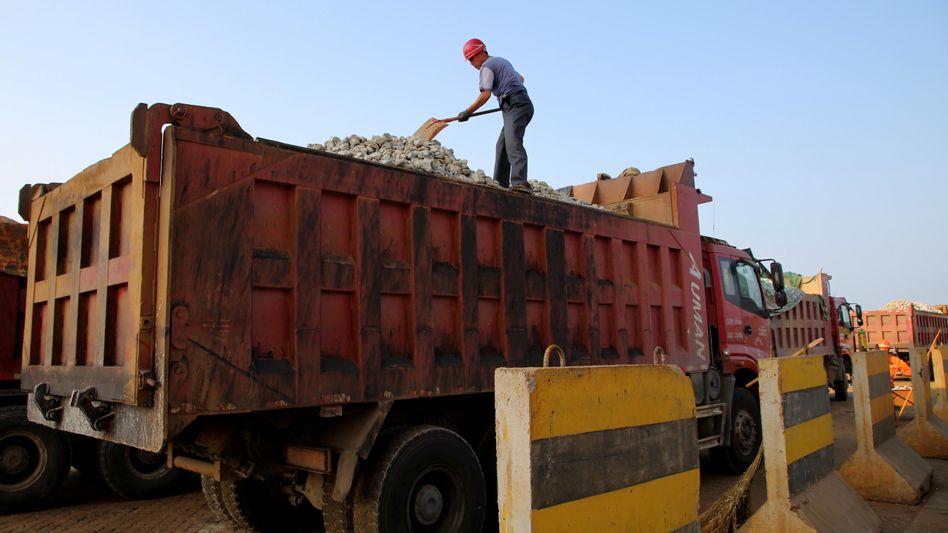 Verladung von Eisenerz in Lianyungang, China