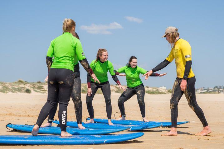 Trockenübungen: Surfschüler im Ride on Retreats Surfcamp in England