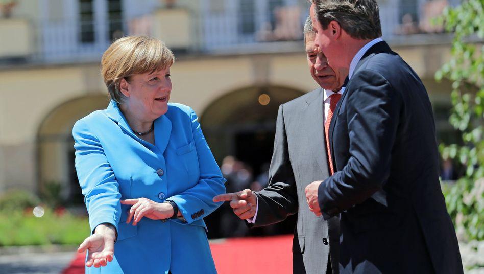"""Merkel (mit Ehemann Joachim Sauer und Großbritanniens Premier David Cameron): """"Gehe davon aus, dass wir ein geschlossenes Signal abgeben"""""""