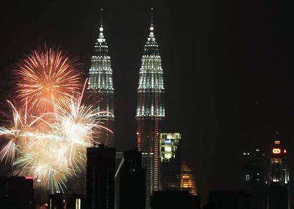 Feste feiern: Sylvester Kuala Lumpur, im Hintergrund die Petronas Twin Towers