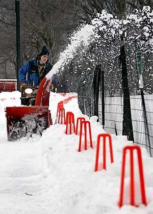 """Neue Wege für Christo: Ein Schneepflug räumt einen Fußpfad entlang der Markierungen für """"The Gates"""" frei."""