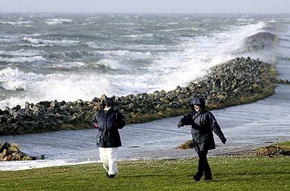 Spaziergang bei Sturm: Bleibende Schäden durch Sturmverletzungen sind ein Fall für die private Unfallversicherung