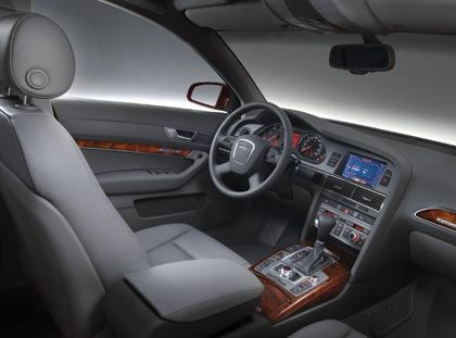 Holzelemente passend integriert: Cockpit des A6