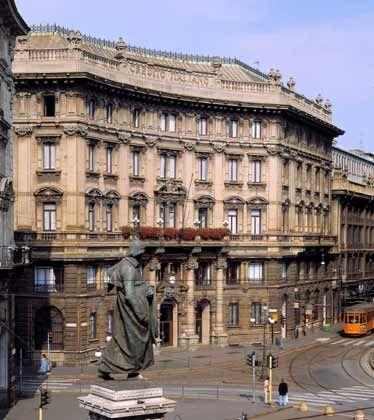 Unicredit-Hauptsitz in Mailand: Bank steigert Überschuss und Erträge stärker als unabhängige Experten zuvor schätzten