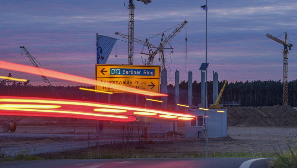 Abendstimmung an der Tesla-Baustelle in Grünheide bei Berlin
