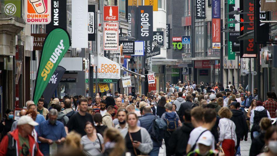 Volle Einkaufsstraßen: Die Corona-Beschränkungen sind weitgehend aufgehoben, die Verbraucher haben Nachholbedarf - und kaufen