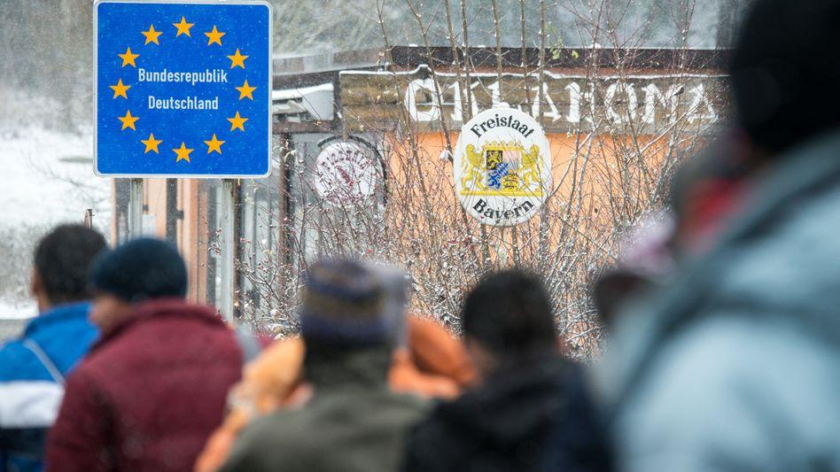 Flüchtlinge gehen am 22.11.2015 an der deutsch-österreichischen Grenze nahe Wegscheid (Bayern) nach Deutschland. Der Wintereinbruch in Bayern trifft auch die Flüchtlinge in der Passauer Grenzregion. Foto: Armin Weigel/dpa +++(c) dpa - Bildfunk+++
