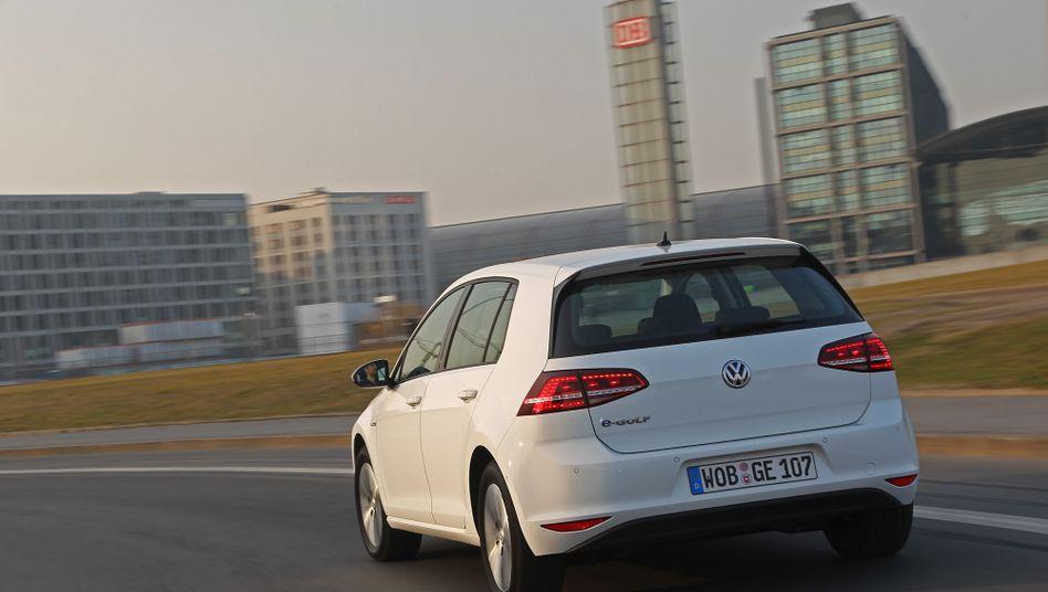 VW Golf mit Elektromotor: Die Baukasten-Strategie habe bislang weniger Wirkung entfaltet, als man erwartet habe, mäkeln Analysten