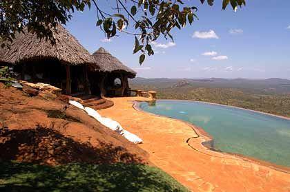 Terrasse und Pool der Ol Malo Lodge mit Blick über den Northern Frontier District