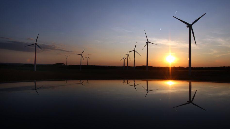 Windkrafträder in Nordbayern: Obwohl die Onshore-Windkraft erheblich kostengünstiger und einfacher zu realisieren ist, wird die Offshore-Windkraft 2012 noch stärker gefördert