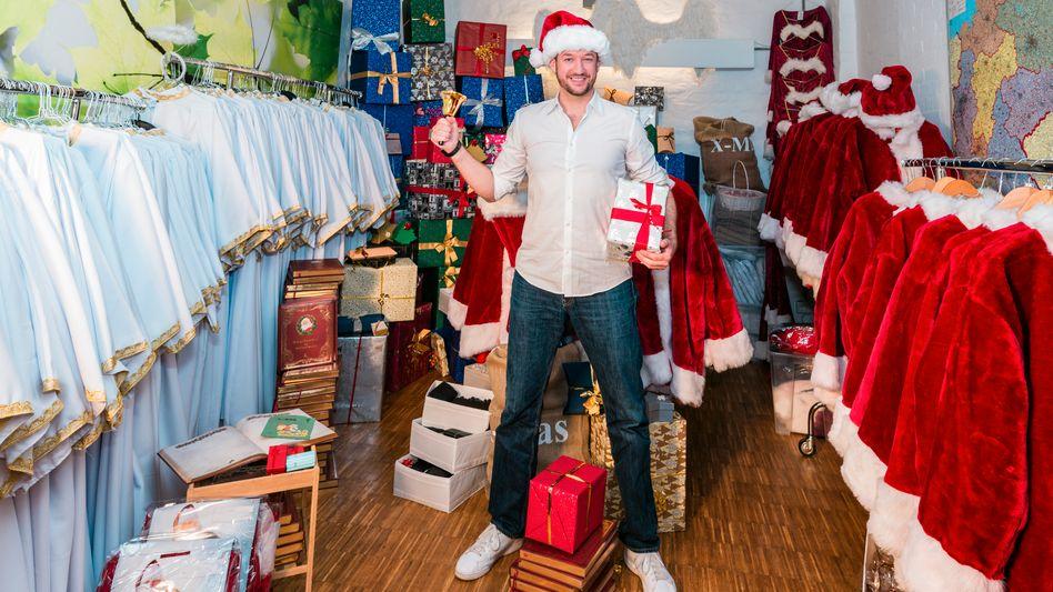 Im Weihnachtsfieber: Jan Mitja Biehl betreibt eine der größten Weihnachtspersonalvermittlungen Deutschlands
