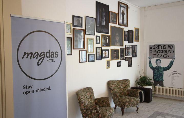 """Fotos der Flüchtlinge zieren die Wände im """"Hotel Magdas"""" - sie arbeiten hier und sichern sich so ihren Aufenthaltsstatus."""