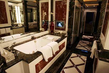 Badetempel: Im 30 Quadratmeter grossen Bad finden sich Jacuzzi, Finnische Sauna und ein Fitnessraum
