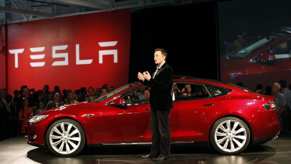 Günstig gibt's nicht: Elon Musk ist von seinem Ziel, die Menschen mit einem günstigen Elektroauto zu beglücken, noch weit entfernt
