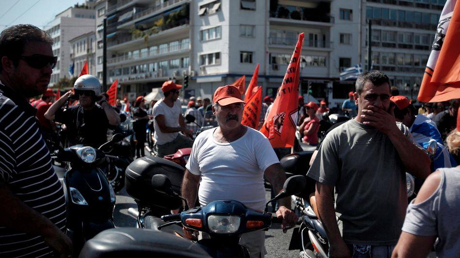 Beamtenproteste in Griechenland: Die Rezession des Landes ist noch tiefer als bislang angenommen