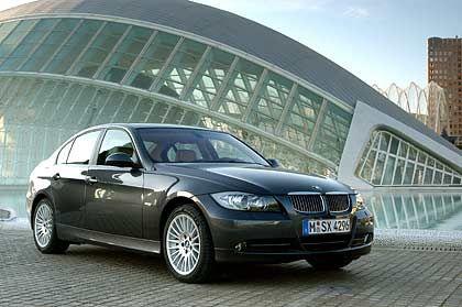 BMW 3er: Wenn der neue Mittelklasse-BMW am 5. März an den Start geht, ist seine Mission klar. Erstens, die direkten Konkurrenten Mercedes C-Klasse und Audi A4 in Schach halten. Zweitens, dem neuen VW Passat nicht die ganze Aufmerksamkeit überlassen. Und drittens, den Opel Astra am besten wieder von Rang zwei der hiesigen Zulassungsstatistik verdrängen. Hat sich dieser doch knapp vor den 3er-Bayern geschoben, der sich in der alten Version 2004 hier zu Lande noch rund 110.000-mal (minus 19,2 Prozent) verkaufte.
